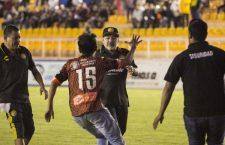 Bronca, invasión de cancha de Maradona y un espontaneo, en la primera derrota de Dorados en su visita a Oaxaca