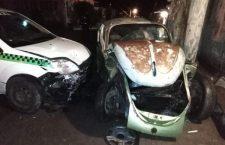 Supuesto ebrio taxista choca contra vehículo