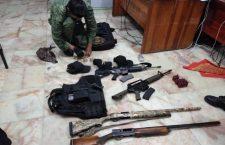 Arrestan policías estatales a joven con armas de grueso calibre y chaleco balístico