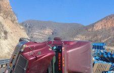 Tráiler con tarimas vuelca sobre la autopista Cuacnopalan-Oaxaca