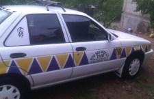 Supuestos pasajeros roban un taxi