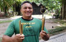 Vendedor de cocos crea popotes de bambú para evitar desperdicio de 8,000 popotes de plástico por mes