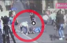 Video: Aprovecha joven y roba celular a fallecido en balacera de Cuernavaca