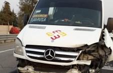Colisiona camioneta de pasajeros y vehículo particular en Nochixtlán   Informativo 6y7