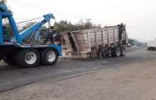 Vuelca camión de carga sobre Libramiento Norte | Informativo 6y7