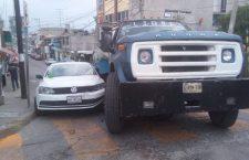 Daños materiales por choque entre pipa y vehículo | Informativo 6y7