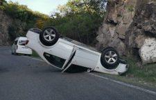 Vuelca vehículo sobre carretera a Oaxaca; y roban Tsuru en Huajuapan   Informativo 6 y 7
