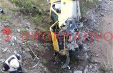 Fallece menor en volcadura de camioneta; supuestamente era conducida por su madre | Informativo 6 y 7