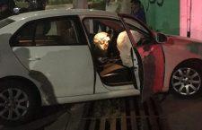 Aseguran a jóvenes que protagonizaban riña; al pretender huir chocan su vehículo | Informativo 6 y 7