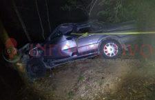 Rescatan a tripulantes de vehículo que cayó a un barranco; cuatro lesionados
