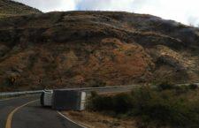 Vuelca camión a orilla de carretera; conductor ileso