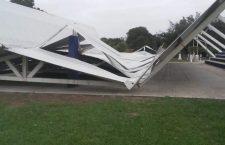 Colapsa estructura deportiva en Loma Bonita por fuertes vientos