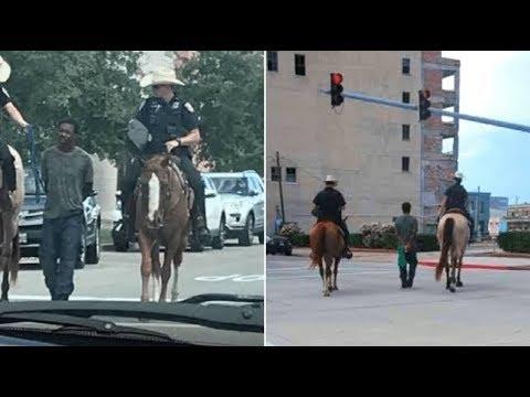Polícias a cavalo levam homem negro preso por uma corda pelas ruas e pedem desculpa depois de acusados de racismo