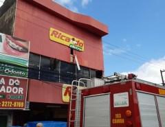 Incêndio atinge depósito de loja de eletrodomésticos no centro de Parnamirim