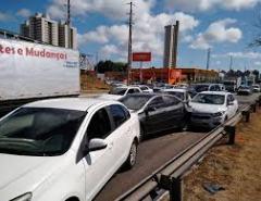 Engavetamento com oito carros deixa trânsito lento na BR-101 em Natal