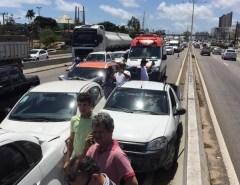 Acidente com quatro carros interdita faixa e deixa trânsito lento na BR-101, em Natal
