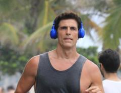 Reynaldo Gianecchini corre pela orla de Ipanema e mostra a boa forma e diz que tem medo de casar
