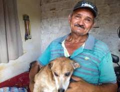 Pedreiro perde casa em incêndio e se emociona ao encontrar cachorro