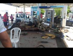 Carro explode enquanto abastecia em posto de combustíveis na Av. João Medeiros Filho