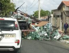 ASSISTA O VÍDEO: Carga de cervejas Heineken despenca de caminhão em Mossoró  Fonte: Portal Grande Ponto