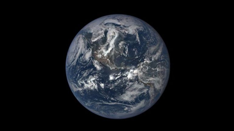 Bumi Berbentuk Agak Lonjong akibat rotasi bumi