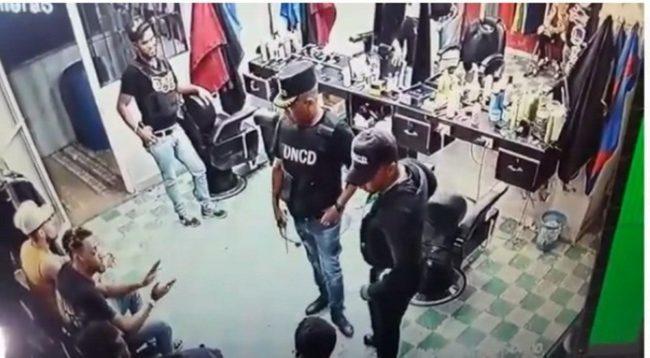 VIDEO: Denuncia agentes de la DNCD le ponen droga a jóvenes en peluquería – Informe56