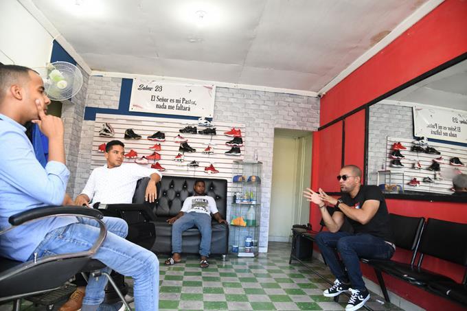 VIDEO: Dueño barbería villa Vazques enseña barbería a ministro rico de cuna FADUL –