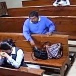 VIDEO: Se roba un celular adentro de una iglesia y  antes de salir se persigna