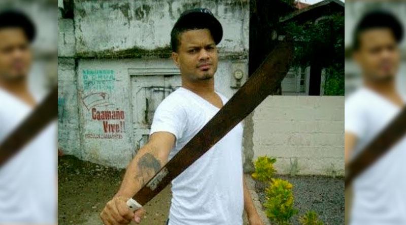 Don Miguelo «con colin en mano» espera a «El Chico Sandy» en el parqueo de emisora KQ!!! –