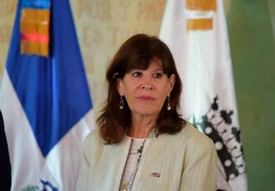 Embajadora de EE.UU en RD expresa condolencias a familiares de George Floyd