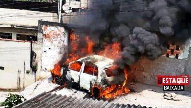 Foto de Corpo é encontrado dentro de carro em chamas em Belford Roxo