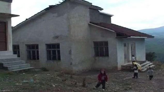 Pa ujë, pa drita me tualete në oborr: Ja kushtet e mjerueshme të nxënësve në Bulqizë