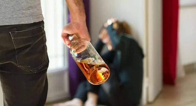 Loto dhe alkool e më pas dhunë ndaj gruas dhe djalit. Gruaja rrëfen 10 vite tmerr