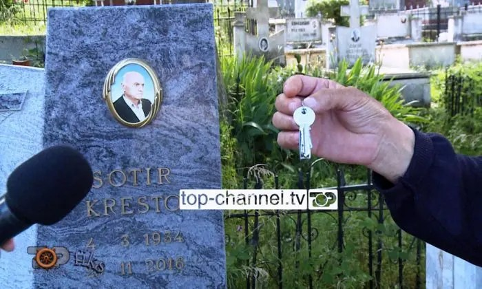 """Pogradec/ Përmbaruesi """"çon"""" nga varri kreditorin"""