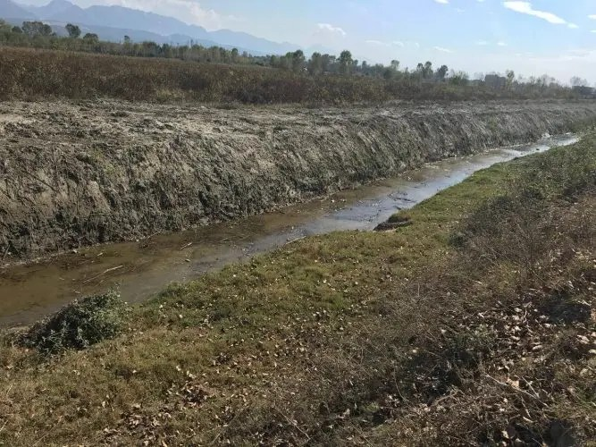 Shtretërit e lumenjëve dhe kanalet kulluese tashmë po kthehen në vend grumbullimi plehrash.