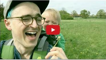 Info Santai: Reaksi Bayi Ini Apabila Melihat Ayahnya Menghembus Bunga Dandelion Buat Pertama Kali