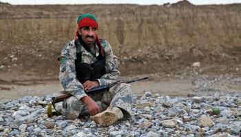 Člen afganskej armády na stráži