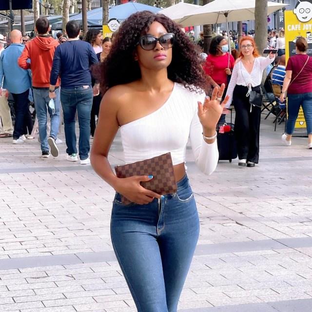 (Photos) Queen Biz dévoile ses rondeurs dans les rues de paris Champs Elysées.