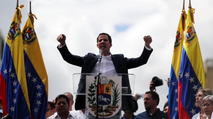 Caracas, 2019. január 23. Juan Guaidó, a venezuelai ellenzéki többségű parlament elnöke támogatóihoz beszél, miután ideiglenes elnökké nyilvánította magát a hivatalban lévő államfő, Nicolás Maduro elleni tüntetésen Caracasban 2019. január 23-án. MTI/EPA/EFE/Miguel Gutiérrez