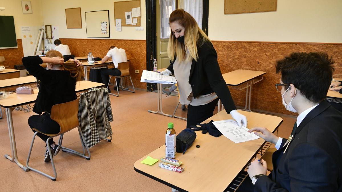 Megkezdődött az érettségi, ilyen feladatokkal kell megbirkózniuk a  diákoknak - Infostart.hu