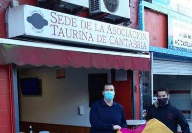 La Asociación Taurina de Cantabria recibe la donación de un capote de Javier Castaño