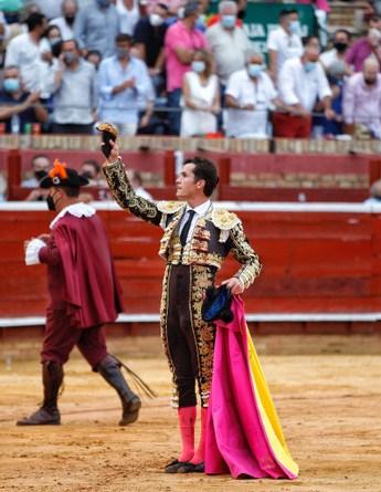 Daniel Luque corta dos orejas y Morante, una, en el arranque de las Colombinas de Huelva