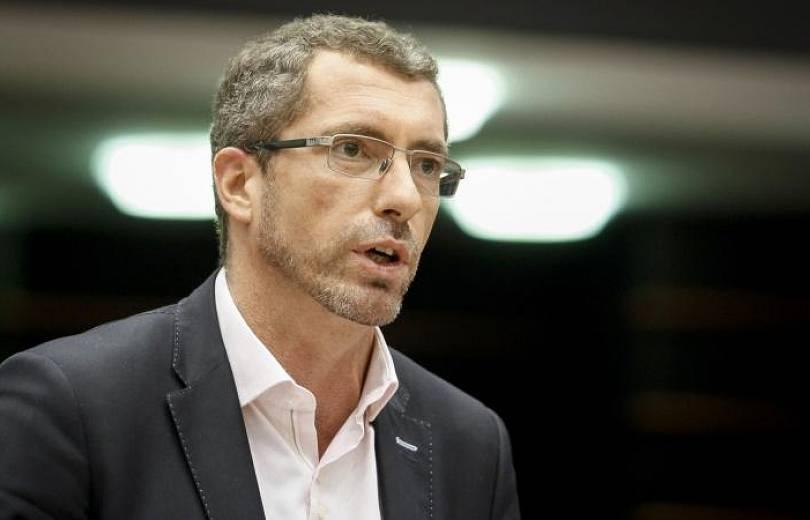 Депутат Европейского парламента представляется как «Энгельян»