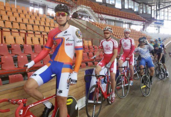 велосипедист лидирует