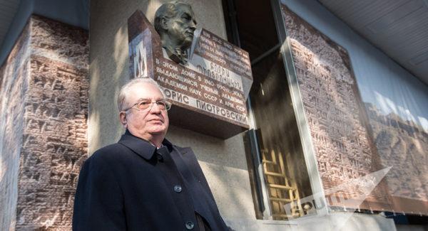«Двор у нас был чудесный»: Михаил Пиотровский о детстве в Ереване
