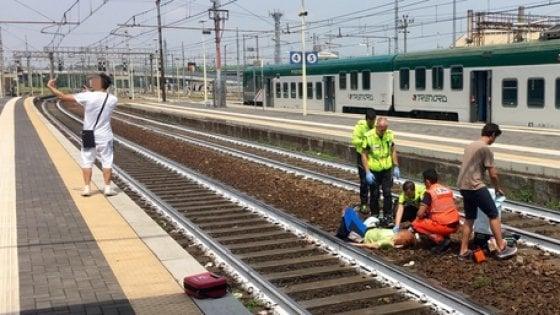 Le selfie d'un homme devant une femme renversée par un train