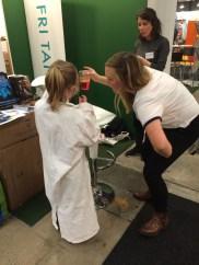 Andrea får hjälp av en yngre besökare