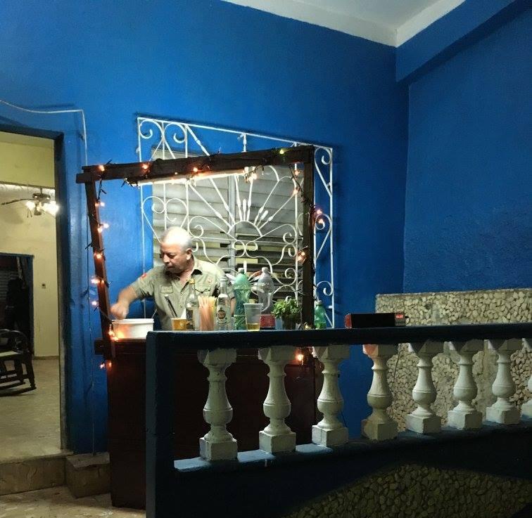 Uomo che prepara le bevande per il 31 dicembre