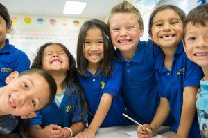 Niños divirtiéndose y sonriendo a la cámara