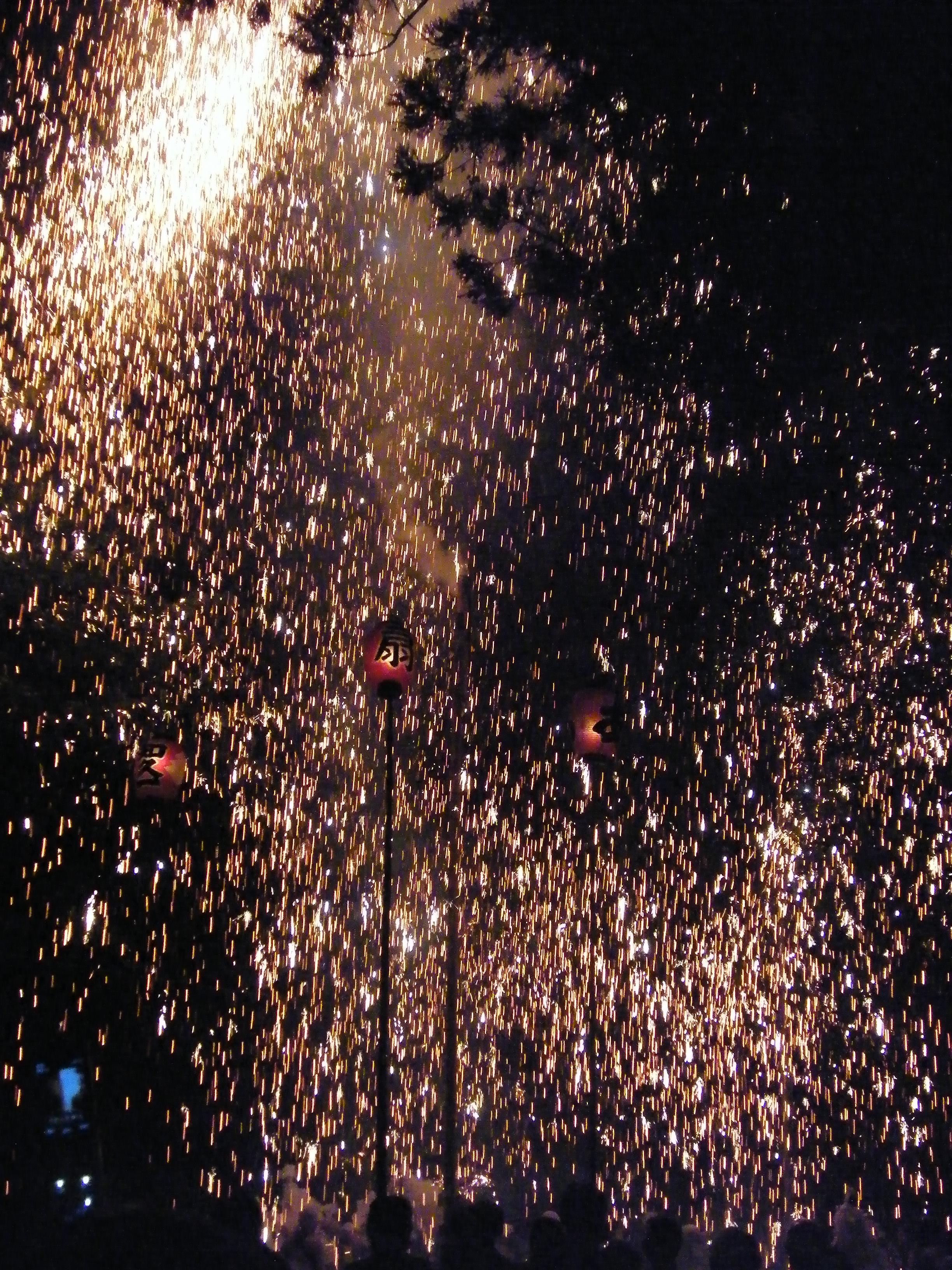 La fine del matsuri prevedeva che delle maschere girassero attorno a questo fuoco d'artificio centrale